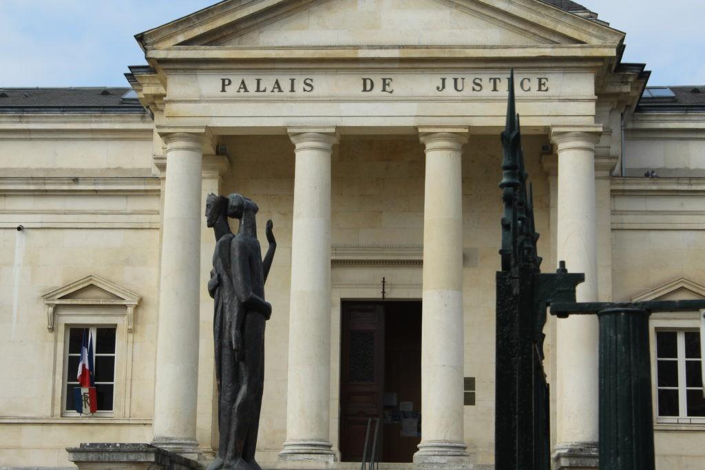 photo de la façade d'un palais de justice