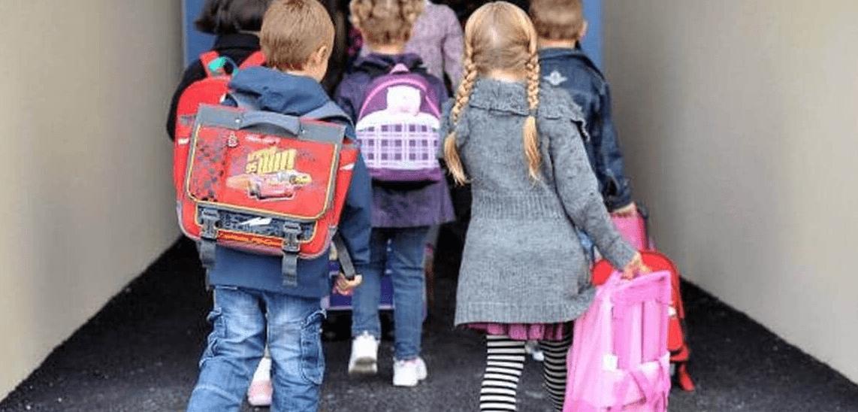 écoliers entrant dans l'école