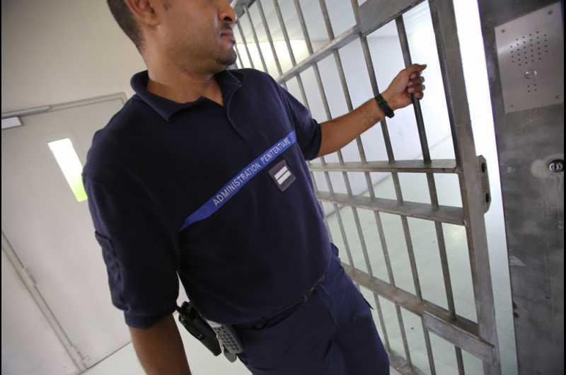 photo d'un gardien de prison fermant une porte de securité