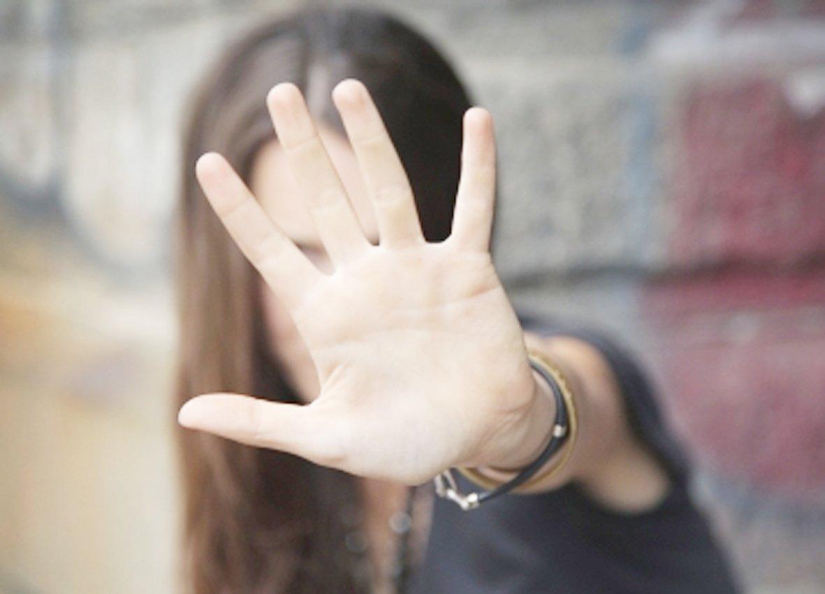 photo d'une adolescente tendant la main pour échapper a l'agression