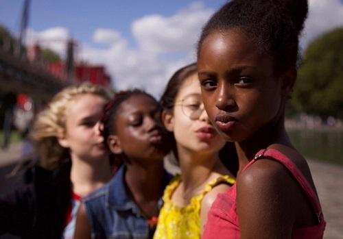 chaine d'enfants qui regardent