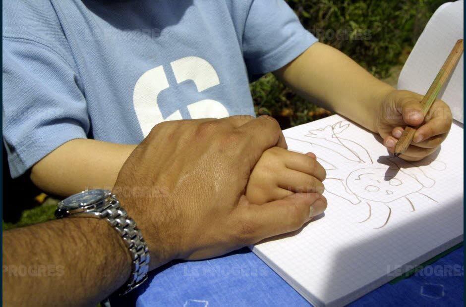 photo d'une main d'homme maintenant celle d'un petit enfant