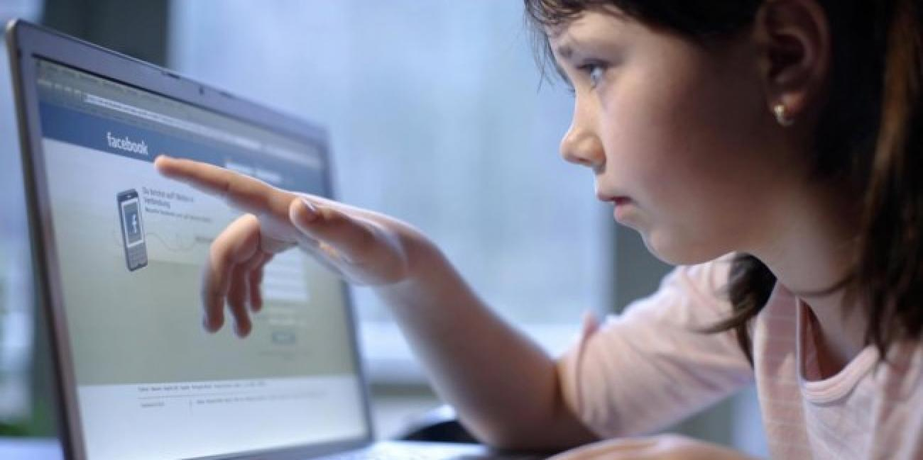 photo d un petit enfant concentré sur son navigateur internet