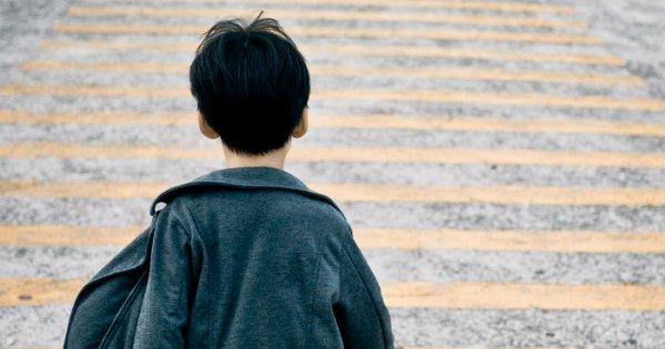 photo d'un jeune garçon de type asiatique de dos