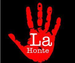 """image d'une main rouge avec l'inscription """"la honte"""""""