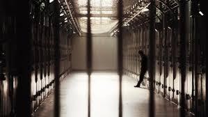 entrées des cellules d'une prison