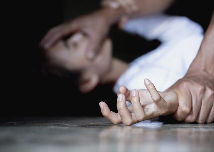 photo d'une femme agressée plaquée au sol maintenue et molestée