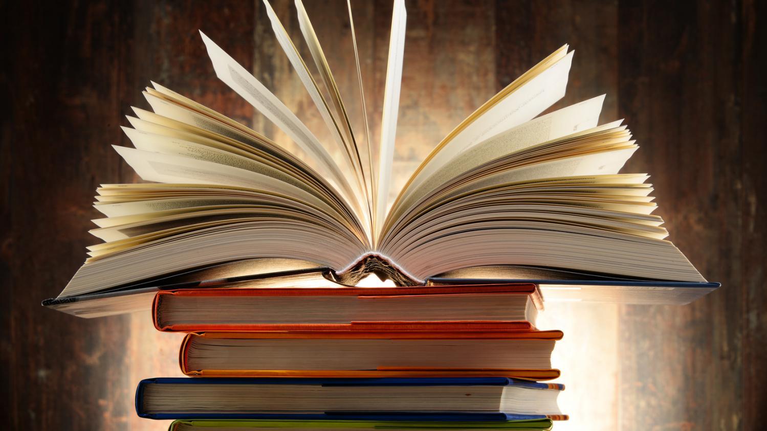 pile de livres, l'un ouvert