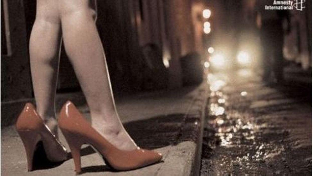 une enfant dans la rue la nuit avec des talons aiguilles beaucoup trop grands